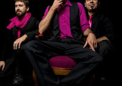 Reno, Yann & Antoine reprennent amoureusement un répertoire exclusivement féminin. Car si il est courant de voir des « filles » chanter des chansons de « mecs », l'inverse l'est beaucoup moins !… Des reprises ? oui, mais toujours dans un esprit créatif et ludique ! Un simple retour des choses. Avec une certaine dose d'amour, d'humour et de téstostérone… En électrique comme en acoustique, de la douceur Pop/Soul à la virilité Funk/Rock, avec entre autres invitées : Amy Winehouse, Blondie, Adele, Donna Summer, Roberta Flack, Katy Perry, Britney Spears, Edith Piaf, France Gall…