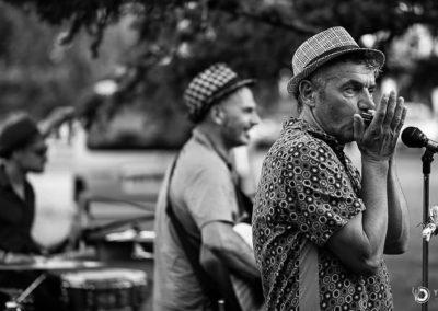 Ce trio nous embarque avec bonheur dans un univers swing dynamique. Mister Hole Swing propose un répertoire français festif et finement exécuté, une écriture ciselée et caustique, bref une vraie vaine humoristique comme un Saint-Germain-des-Prés de par chez nous.
