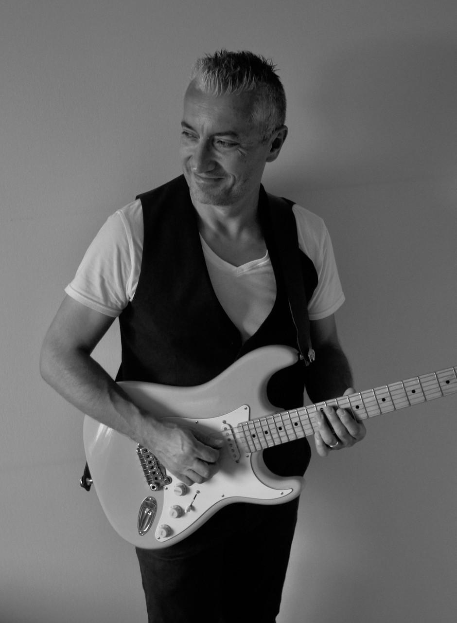 Plus de 2h de reprises Pop/Rock en solo (guitare/voix) sur backing tracks intégralement rejoués « à la manière d'un groupe »