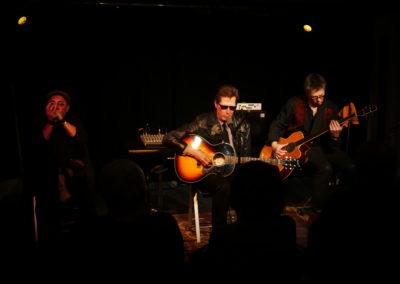 Cincinnati Slim Trio Ce trio Guitare chant, harmonica et Contrebasse offre un spectacle musical plein de sensibilité sur une musique qui sait émouvoir , le Delta Blues .